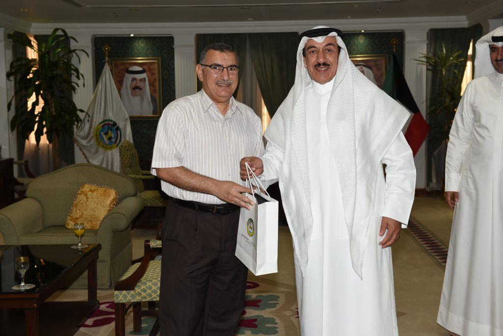 محافظ الجهراء يكرم الطالب عبدالرحمن الهويدي لحصوله على المركز الاول في أولمبياد الرياضيات